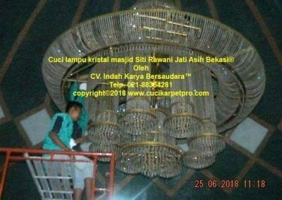 cuci-lampu-kristal-masjid-siti-rawani-23