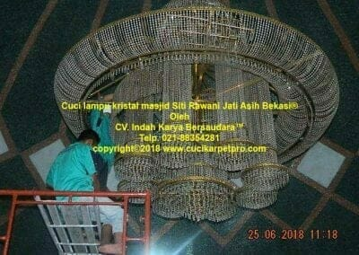 cuci-lampu-kristal-masjid-siti-rawani-24