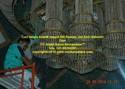 cuci-lampu-kristal-masjid-siti-rawani-25