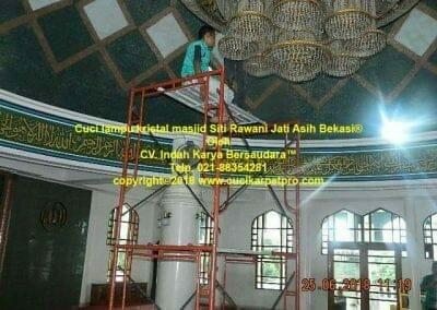 cuci-lampu-kristal-masjid-siti-rawani-26
