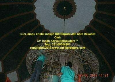 cuci-lampu-kristal-masjid-siti-rawani-30
