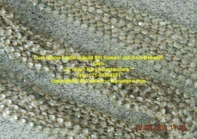 cuci-lampu-kristal-masjid-siti-rawani-36