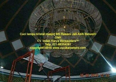 cuci-lampu-kristal-masjid-siti-rawani-45