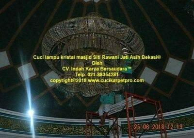 cuci-lampu-kristal-masjid-siti-rawani-46