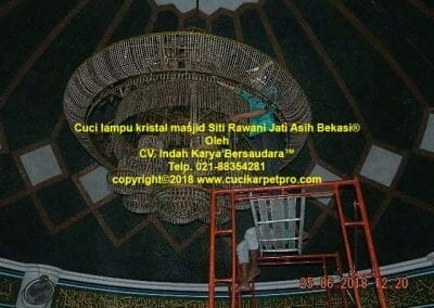 cuci-lampu-kristal-masjid-siti-rawani-47
