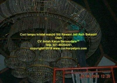 cuci-lampu-kristal-masjid-siti-rawani-48