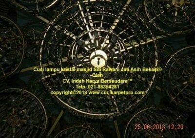 cuci-lampu-kristal-masjid-siti-rawani-50