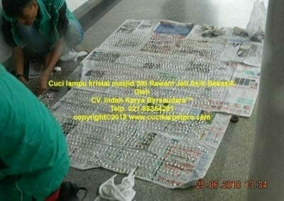 cuci-lampu-kristal-masjid-siti-rawani-55