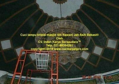 cuci-lampu-kristal-masjid-siti-rawani-58