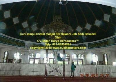 cuci-lampu-kristal-masjid-siti-rawani-59