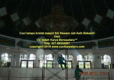 cuci-lampu-kristal-masjid-siti-rawani-60