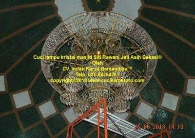 cuci-lampu-kristal-masjid-siti-rawani-61