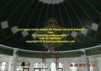 cuci-lampu-kristal-masjid-siti-rawani-63