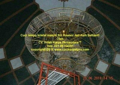 cuci-lampu-kristal-masjid-siti-rawani-65