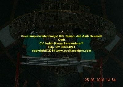 cuci-lampu-kristal-masjid-siti-rawani-66