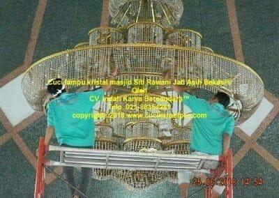 cuci-lampu-kristal-masjid-siti-rawani-67