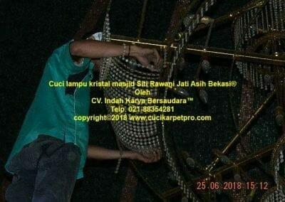cuci-lampu-kristal-masjid-siti-rawani-68