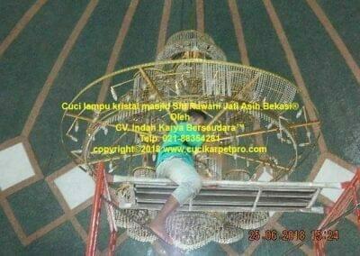 cuci-lampu-kristal-masjid-siti-rawani-77