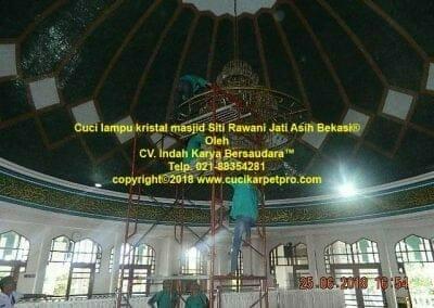cuci-lampu-kristal-masjid-siti-rawani-79