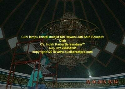 cuci-lampu-kristal-masjid-siti-rawani-80