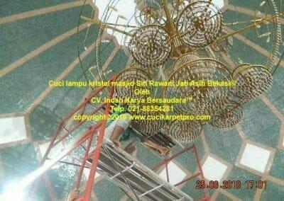 cuci-lampu-kristal-masjid-siti-rawani-81