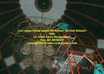 cuci-lampu-kristal-masjid-siti-rawani-82