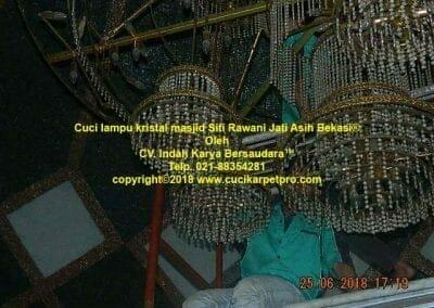cuci-lampu-kristal-masjid-siti-rawani-83