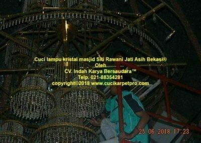 cuci-lampu-kristal-masjid-siti-rawani-84