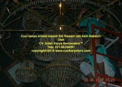 cuci-lampu-kristal-masjid-siti-rawani-85