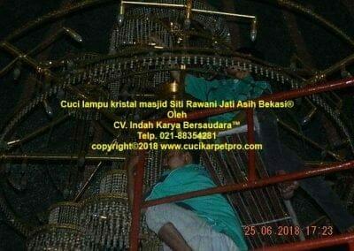 cuci-lampu-kristal-masjid-siti-rawani-86