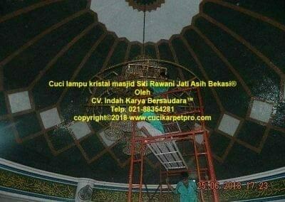 cuci-lampu-kristal-masjid-siti-rawani-87
