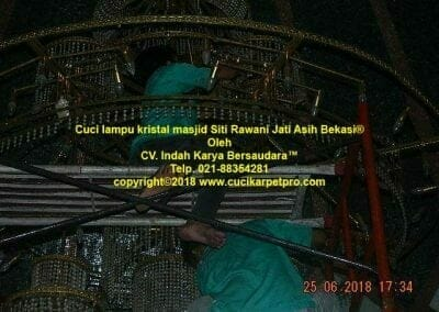 cuci-lampu-kristal-masjid-siti-rawani-88