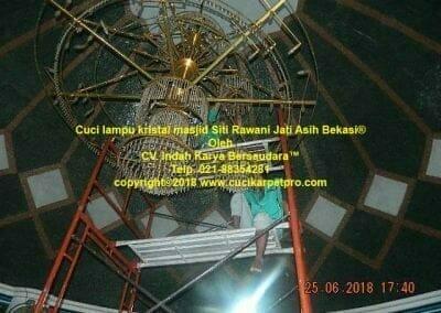 cuci-lampu-kristal-masjid-siti-rawani-89
