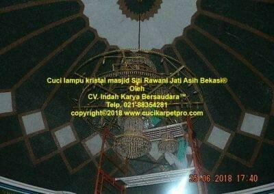 cuci-lampu-kristal-masjid-siti-rawani-90