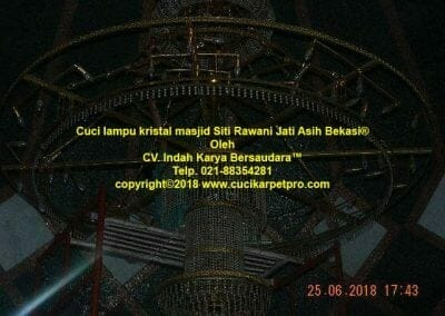 cuci-lampu-kristal-masjid-siti-rawani-91