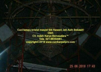 cuci-lampu-kristal-masjid-siti-rawani-92