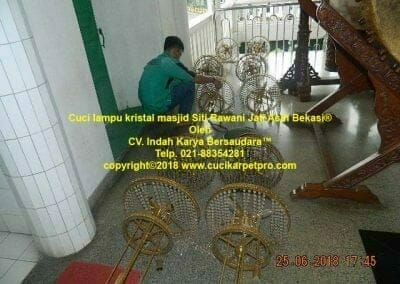 cuci-lampu-kristal-masjid-siti-rawani-95