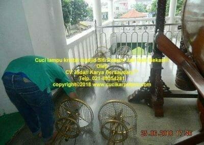 cuci-lampu-kristal-masjid-siti-rawani-97