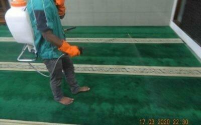 Penyemprotan disinfektan masjid Nurul Amal dan Cuci Karpet