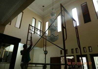 cuci-lampu-kristal-di-mutiara-sanggraha-04
