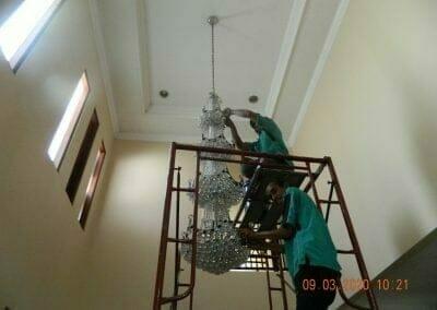 cuci-lampu-kristal-di-mutiara-sanggraha-07