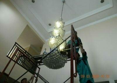 cuci-lampu-kristal-di-mutiara-sanggraha-10