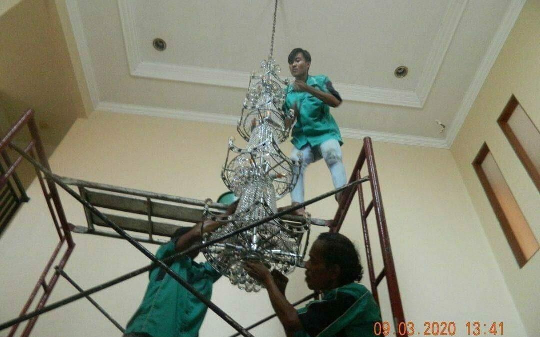 Cuci lampu kristal di Mutiara Sanggraha Pulo Gebang Jakarta