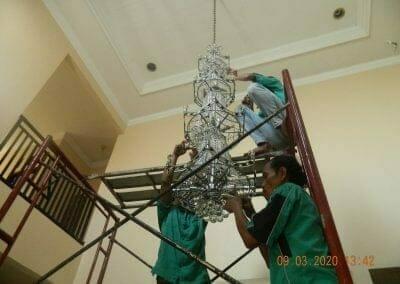cuci-lampu-kristal-di-mutiara-sanggraha-36