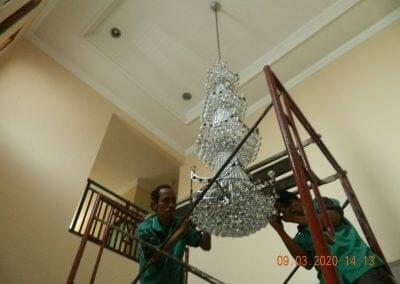 cuci-lampu-kristal-di-mutiara-sanggraha-42