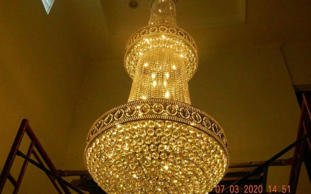 Cuci lampu kristal haji Sabilan di Premier Serenity Bekasi