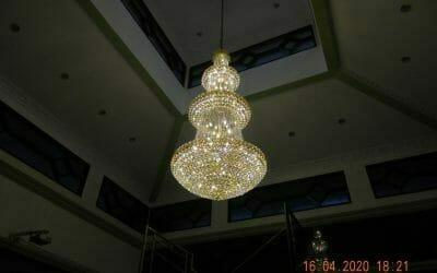 Cuci lampu kristal masjid Baiturrahman Perum Permata Arcadia