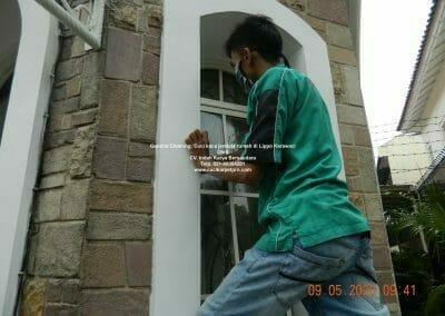 cuci-kaca-jendela-rumah-di-lippo-03