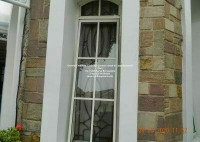 cuci-kaca-jendela-rumah-di-lippo-15
