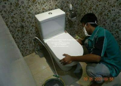 cuci-kamar-mandi-di-lippo-03